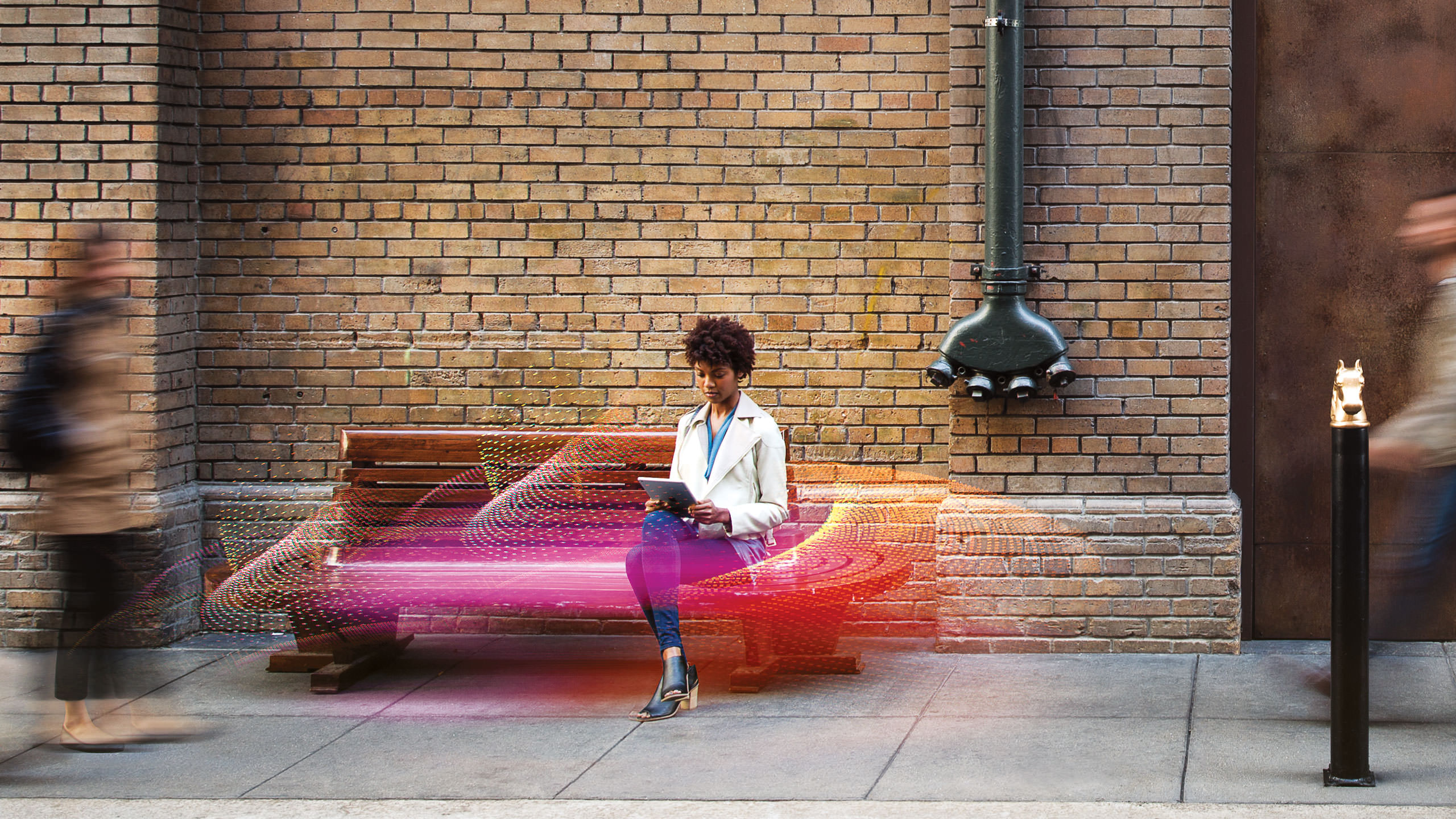 Citrix Photography - Woman with a tablet on a bench