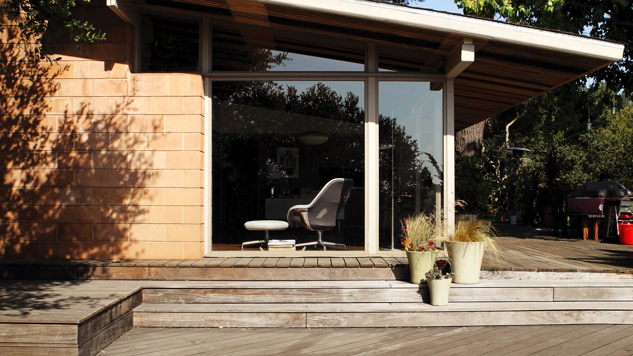 Coalesse Interactive Photograph - Exterior of a House with SW1 chair